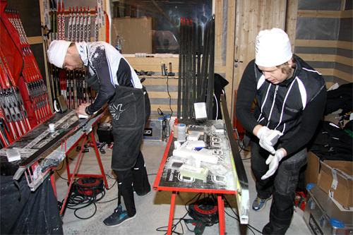 Henrik H. Kvissel og Endre Birkeland fra Skigo i farta med smøring av ski. Foto: Geir Nilsen/Langrenn.com.
