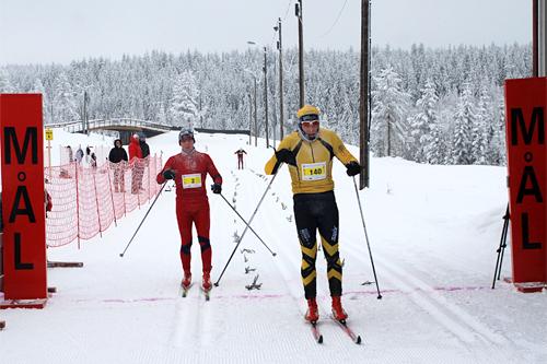Stenfjellrunden 2012. Til venstre Stian Stærkeby Jelstad fra Rustad IL og Øyvind Viken fra Team Sport 1 Lillehammer ble stående med lik tid i resultatlista, 1:07:47. Foto: Roar Jødahl.