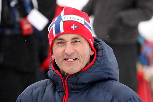 John Northug er ikke lenger manager, men skiene til sønnen Petter jobber han fortsatt med og ordner blant annet også alle flyreiser. Foto: Geir Nilsen.
