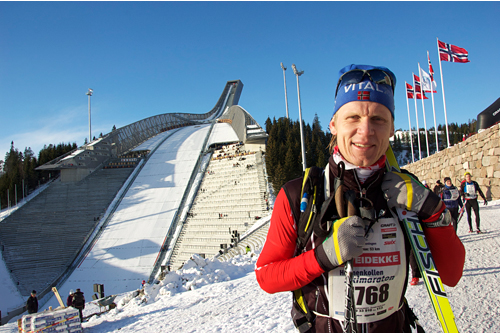 Fornøyd deltaker i mål etter Holmenkollmarsjen. Foto: Skiforeningen.