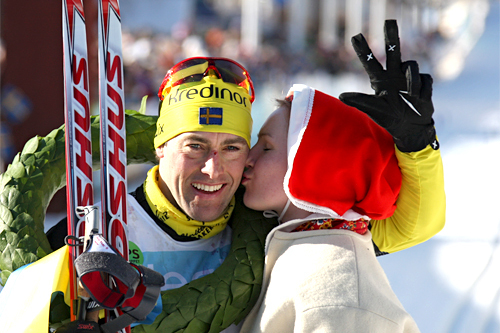Jörgen Brink holder tre fingre i luften og symboliserer med det at han med sin seier i Vasaloppet 2012 har vunnet rennet 3 ganger. Foto: Hemmersbach/NordicFocus.