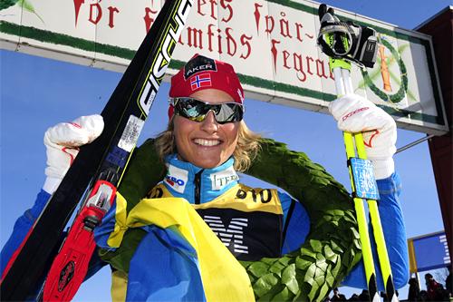 Vibeke Skofterud stråler etter å ha vunnet Vasaloppet 2012. Foto: Vasaloppet, Nisse Schmidt/www.sportbild.se.