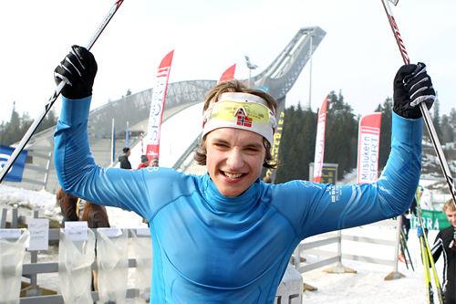 Petter Reistad jubler over gull under junior-NM i Holmenkollen 2012. Foto: Erik Borg.