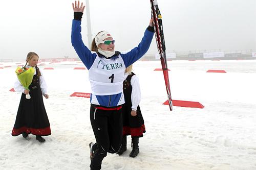 Trude Nonstad Fornes jubler over gull under junior-NM i Holmenkollen 2012. Foto: Erik Borg.