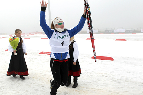 Trude Nonstad Fornes jubler over gull under junior-NM i Holmenkollen 2012. Foto: Erik Borg.