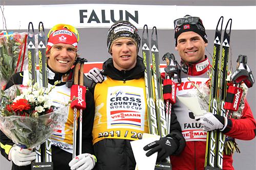Pallen etter verdenscupens avsluttende jaktstart i Falun. Fra venstre: Devon Kershaw (2. plass), Dario Cologna (1) og Niklas Dyrhaug (3). Foto: Hemmersbach/NordicFoucs.