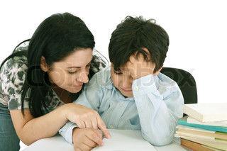 Mor hjelper gutt med lekser