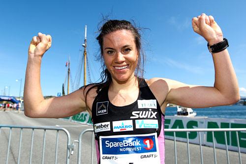 Heidi Weng jubler etter å ha vunnet det 3 km lange gateløpet på Toppidrettsvekas 4. etappe 2012. Foto: Aapo Laiho.