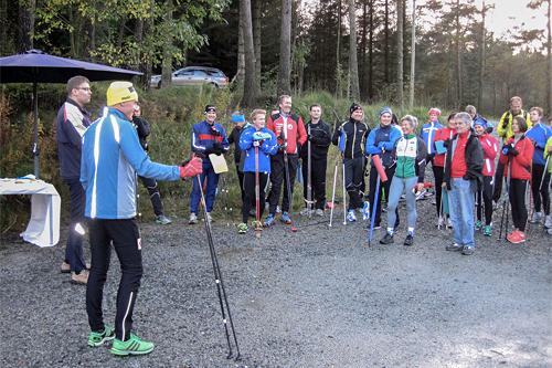 Lars Vagle, lengst til venstre, og Audun Laugaland i gul lue, prater med deltakerne på Sirdal Skimaraton sitt barmarkskurs. Foto: Sirdal Skimaraton.
