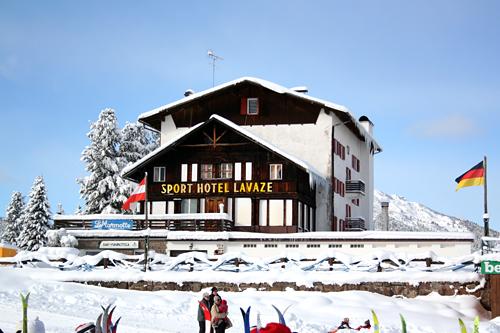 Sport Hotel Lavaze og løypene rundt er kjente omgivelser for mange deltakere i Marcialonga. Stedet ligger 1.800 meter over havet. Foto: Geir Nilsen/Langrenn.com.