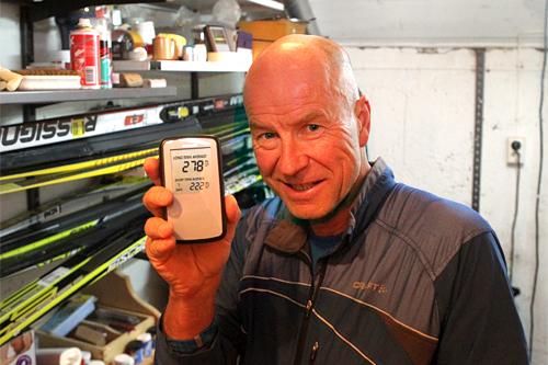Eirik Næss-Ulseth viser fram måleren som i løpet av kort tid finner ut hvor høy konsentrasjonen er av radon. Foto: Erik Borg.