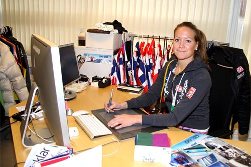 Hilde Hoff viser her Langrenn.com hvordan hun jobber når hun utvikler nye produkter for Skigo. Foto: Geir Nilsen/Langrenn.com.