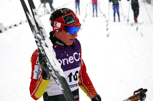 Etter smørebok måtte Heidi Weng gå med ski med store kladder og var sjanseløs i semifinalen under sesongåpningen på Beitostølen i november. Foto: Geir Nilsen/Langrenn.com.