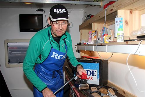 Per Knut Aaland gjør klar ski i Rode-bua under Skandinavisk Cup på Sjusjøen i desember 2012. Foto: Geir Nilsen/Langrenn.com.