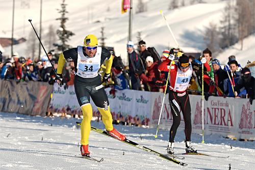 Petter Northug jr. fosser inn til seier i La Sgambeda 2012. Sesongens første renn i FIS Marathon Cup. Like til høyre er rennets toer, Matti Heikkinen. Foto: Felgenhauer/NordicFocus.
