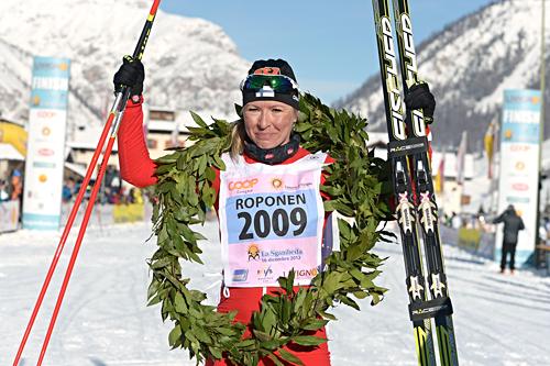 Riitta Liisa Roponen jubler etter å ha vunnet La Sgambeda 2012. Sesongens første renn i FIS Marathon Cup. Foto: Felgenhauer/NordicFocus.