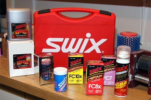 Et lite utvalg av Swix sin brede produktportefølje innen skismurning. Her fotografert inne i Swix sin egen smørevogn ute på renn. Foto: Geir Nilsen/Langrenn.com.