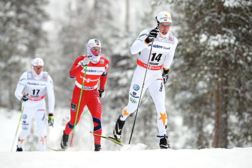 Marcus Hellner i front av feltet under verdenscupen i Kuusamo i desember 2012. Foto: Felgenhauer/NordicFocus.