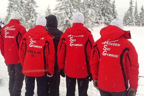 Ingen tvil om at denne kvartetten i røde jakker kommer fra Hovden Skigymnas. Foto: Privat.