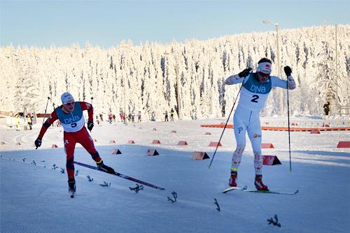 Per Kristian Nygård, til høyre i bildet, tar Simen Andreas Sveen på oppløpet i Gåsburennet 2012. Foto: Stein Arne Negård.