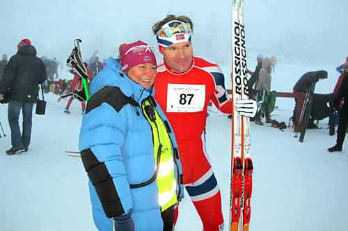 Øystein Pettersen seiret i Romjulsrennet Sjusjøen 2012. Her sammen med rennleder Lisbeth Syljuberget. Foto: Arrangør