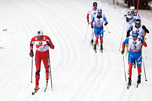 Petter Northug (t.v.) underveis i jaktstarten under andre dag av Tour de Ski 2012/2013, hvor han til slutt ble nummer tre. Foto: Felgenhauer/NordicFocus