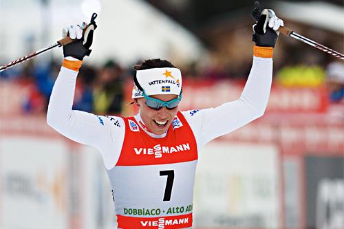 Charlotte Kalla jubler etter å ha klatret fra 7. til 2. plass på den 4. etappen av Tour de Ski i Toblach 2012-2013. Foto: Felgenhauer/NordicFocus.