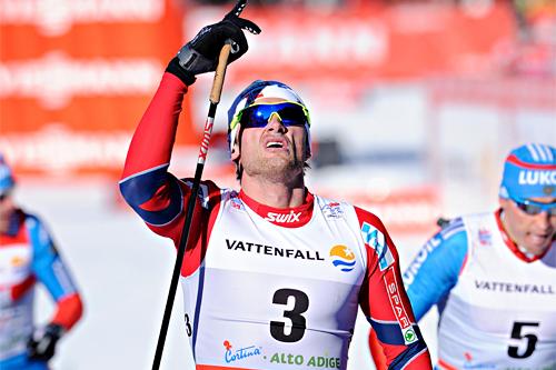 Petter Northug jr. hilser oppover etter å ha vunnet den 35 km lange 4. etappen i en tidligere utgave av Tour de Ski i Toblach. Foto: Felgenhauer/NordicFocus.
