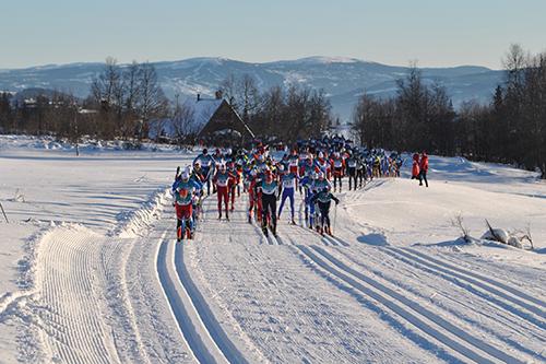 Feltet på vei ut fra start i Skeikampenrennet på Skei i Oppland 2013. Arrangørfoto.