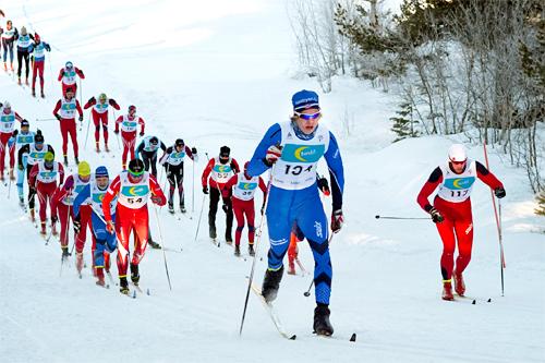 Kjetil Andre Bjerkrheim som vant Ustedalsfjorden Rundt 2013 ligger her i front av feltet ut fra start. Foto: Tom Furuseth.