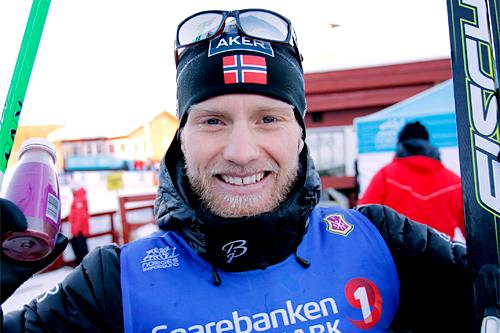 Martin Johnsrud Sundby er blant landslagsstjernene som inntar Holmenkollmarsjen 2015, bare 11 dager før VM i Falun. Her jubler han etter å ha vunnet norgesmesterskapet på 15 km fristil på Gåsbu 2013. Foto: Rasmus Kongsøre/Langrenn.com.