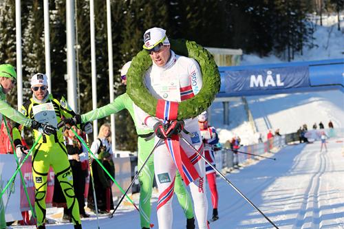 Eldar Rønning med seierskransen som viser at han er kongen av Holmenkollmarsjen 2013. Foto: Magnus Nyløkken/Skiforeningen.