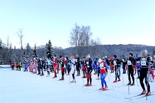 Et av de mange store startfeltene når Holmenkollmarsjen legger i vei fra Sørkedalen til Holmenkollen. Foto: Skiforeningen.