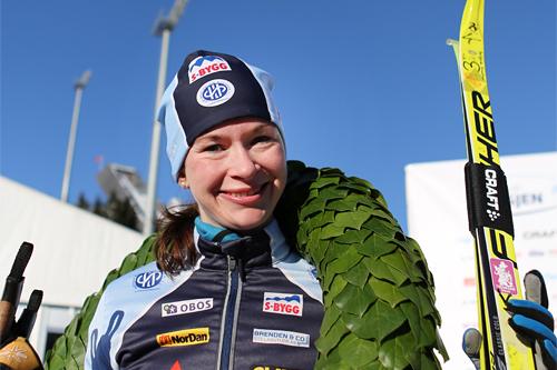 Solfrid Braathen med seierskransen som viser at hun er dronningen av Holmenkollmarsjen et tidligere år. Nå i 2019 vant hun igjen. Foto: Magnus Nyløkken/Skiforeningen.