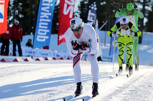 Eldar Rønning tuktet både Simen Østensen og Tord Asle Gjerdalen i avslutningen av Holmenkollmarsjen 2013. Foto: Magnus Nyløkken/Skiforeningen.