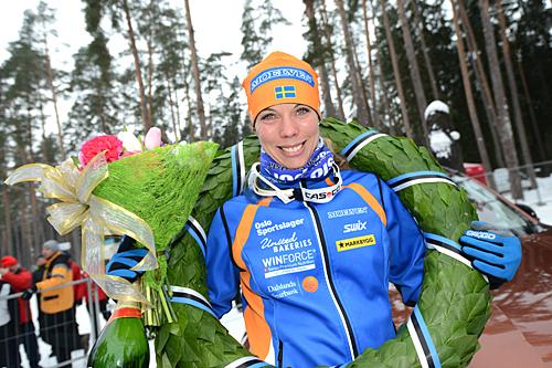 Sandra Hansson med kransen som viser at hun vant Tartu Maraton 2013. Foto: Rauschendorfer/NordicFocus