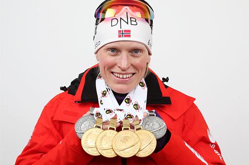 Tora Berger med den enorme medaljefangsten under skiskytternes VM i Nove Mesto 2013. Foto: Manzoni/NordicFocus.