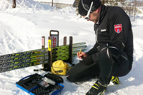 Toko tester smøring under junior-NM på Lillehammer 2013. Foto: Toko.