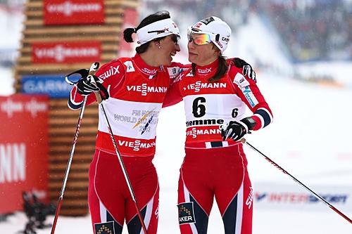 Maiken Caspersen Falla gikk inn til bronse i klassisksprinten under VM i Val di Fiemme 2013, og gratuleres her av gullvinner Marit Bjørgen. Foto: Laiho/NordicFocus.