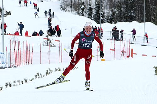 Skiskytter Hilde Fenne går inn til suveren seier på 15 km fri for kvinner 19/20 år under NM for juniorer på Lillehammer 2013. Foto: Erik Borg.