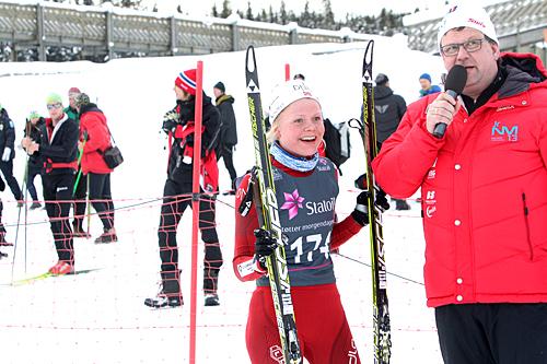 Hilde Fenne intervjues etter sin seier på 15 km fri for kvinner 19/20 år under NM for juniorer på Lillehammer 2013. Foto: Erik Borg