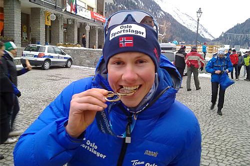 Carl Fredrik Hagen med sitt VM-gull i U23 under VM i vintertriathlon i Cogne i Italia 2013. Nå er han å finne med startnummer 1 i Birken. Foto: Ingrid Lorvik.