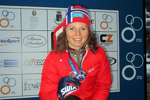 Elisabeth Sveum med sitt VM-sølv i senior elite under VM i vintertriathlon i Cogne i Italia 2013. Foto: Ingrid Lorvik.