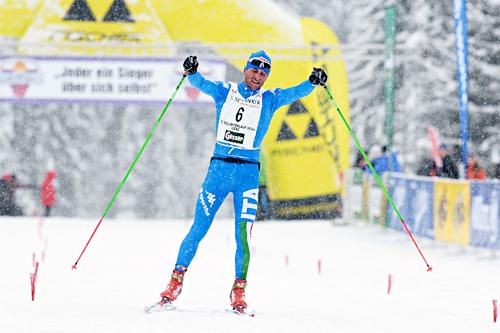 Sergio Bonaldi jubler etter å ha avgjort Dolomitenlauf i Østerrike 2013. Foto: Felgenhauer/NordicFocus.