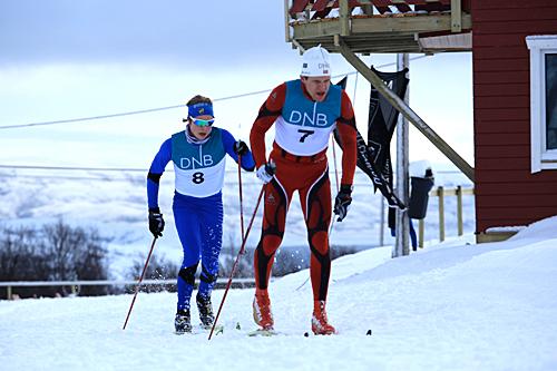 Vinner av Stabbursdalen Maraton 2013 heter Sven-Tore Nilsen. Bak han på bildet ser vi Håkon Abrahamsen Nilsen som ble nummer tre. Foto: IL Stil