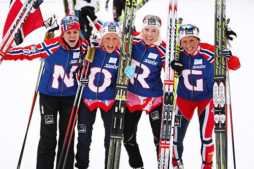 Norges gull-jenter på VM-stafetten i Val di Fiemme. I etapperekkefølge fra venstre: Heidi Weng, Therese Johaug, Kristin Størmer Steira og Marit Bjørgen. Foto: Laiho/NordicFocus.