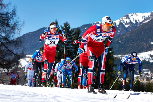 Eldar Rønning på vei mot det som endte med en hederlig 5. plass på 50 km fellesstart i klassisk stil i Val di Fiemme 2013. Like bak ser vi Petter Eliassen med startnr. 24. Foto: Felgenhauer/NordicFocus.
