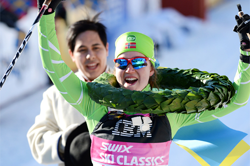 Laila Kveli har akkurat fått seierskransen over hodet og jubler over å ha vunnet Vasaloppet 2013 med klar margin. Men i 2018-utgaven av Tjejvasan ble det disk. Foto: Rauschendorfer/NordicFocus.