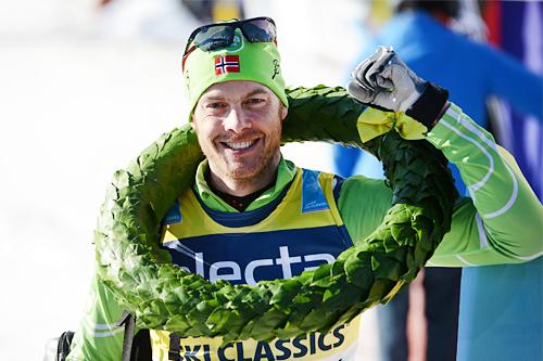 Jørgen Aukland har akkurat fått seierskransen over hodet og jubler etter å ha vunnet Vasaloppet 2013. Foto: Rauschendorfer/NordicFocus.