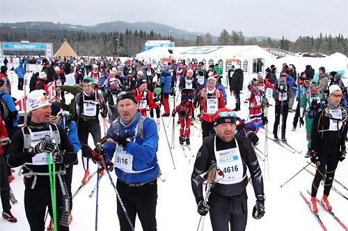 Strømmen av løpere i Birkebeinerrennet er stor. I 2013-utgaven var det 17.000 påmeldte. Foto: Geir Nilsen/Langrenn.com.